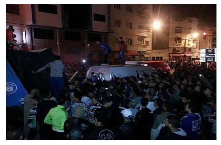 عاجل من الحسيمة : مقتل رجل أمام مفوضية الشرطة يخلف موجة غضب و إحتجاجات بعين المكان