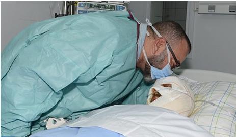 الملك يقبل رأس أحد المصابين بالحادثة الفاجعة بشيشاوة