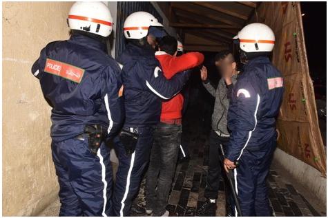 """اعتقال 5 شبان بمراكش مزقوا """"الراية"""" وتبولوا عليها"""