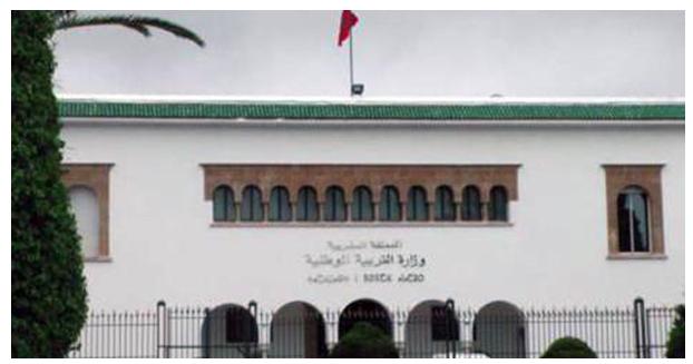 """وزارة التربية والتعليم تتدخل وتعيد تلميذة """"القبلة"""" إلى المدرسة"""