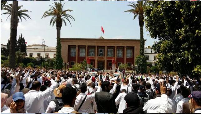 """بالفيديو والصور.. """"إسقاط التعاقد"""" يوحد حناجر آلاف الأساتذة أمام البرلمان"""