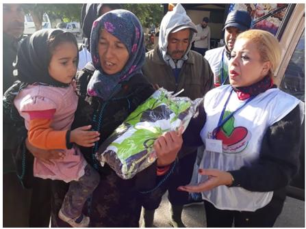 """جمعية """"اليد المساعدة """" بالقصر الكبير توزع الملابس على الفقراء والمحتاجين ."""